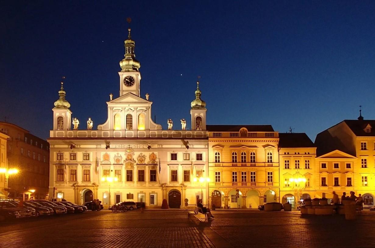 noční záběr na radnici v Českých Budějovicích